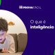 crianca deitada vendo celular e título o que é inteligência digital